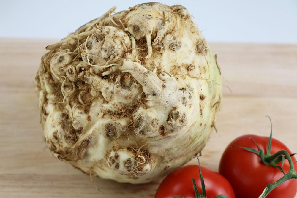 Sellerieknolle als Zutat für einen Tomatensalat