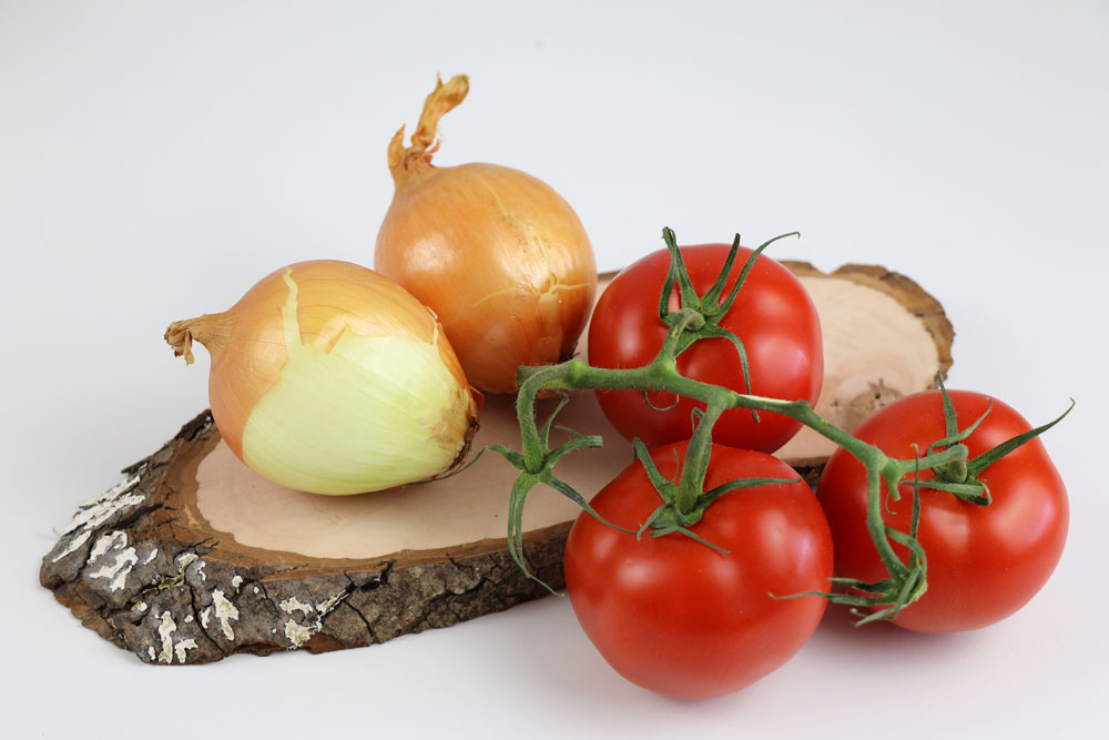 Zwiebel und Tomaten für den Tomatensalat